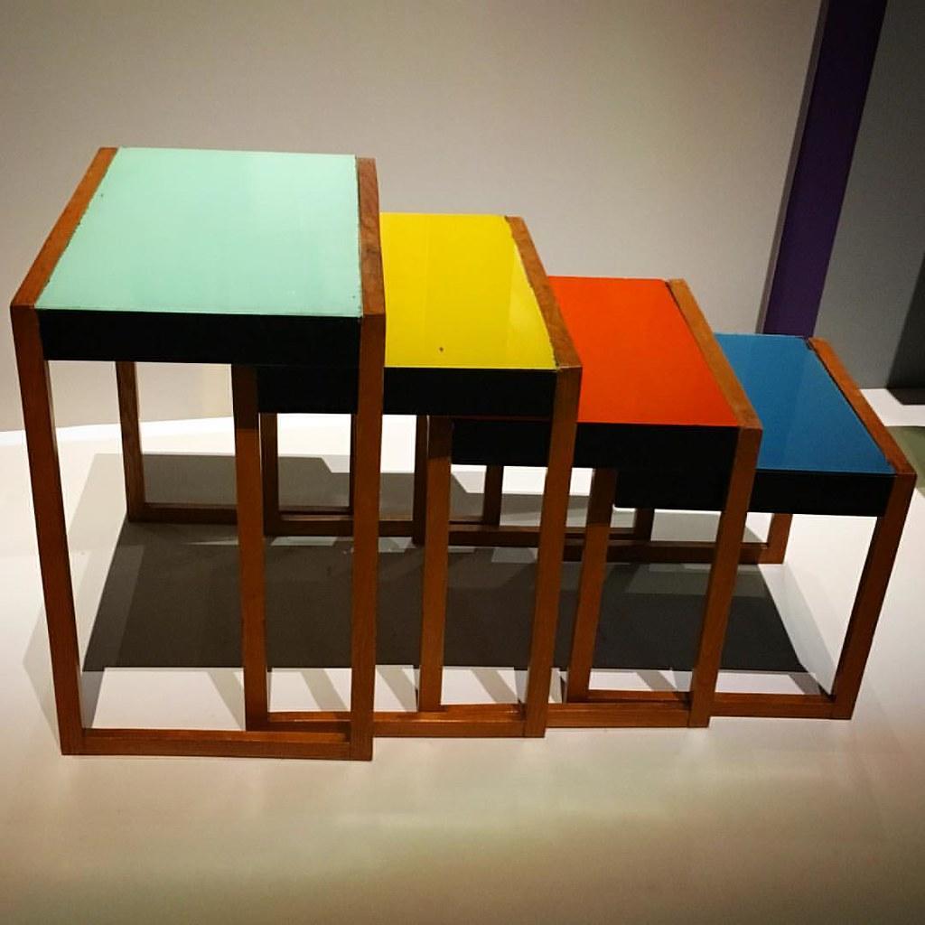Les #tables gigognes de Josef #Albers conçues en #1927 et présentées aux #Arts #Décoratifs dans le cadre de la très riche #exposition #Bauhaus. Autrefois éditées par #Vitra, elles le sont aujourd'hui par par #Klein&More. #design #architecture #paris