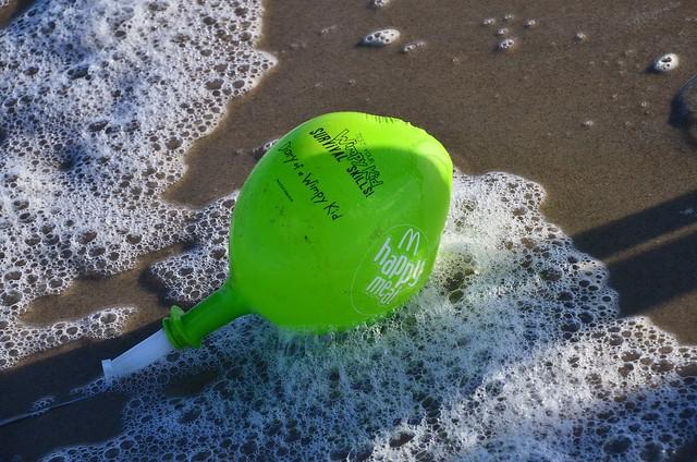 Vlieland - strand - ballon McDonald's