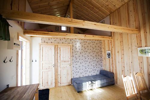 40 m2 kotedža no iekšpuses: viesistaba ar sofu, Östveda