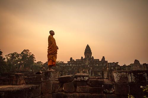 sunset orange temple cambodge cambodia monk angkor coucherdesoleil bonze moine bakong roluos