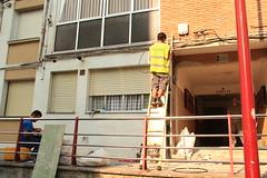 Técnicos de la fibra realizando la instalación en un edificio de Ongarai