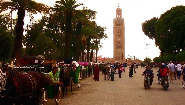 Marokko , Marrakesch , Blick auf das Minarett der Koutoubia-Moschee , die Kutschen warten auf Touristen ,  10-3/10235