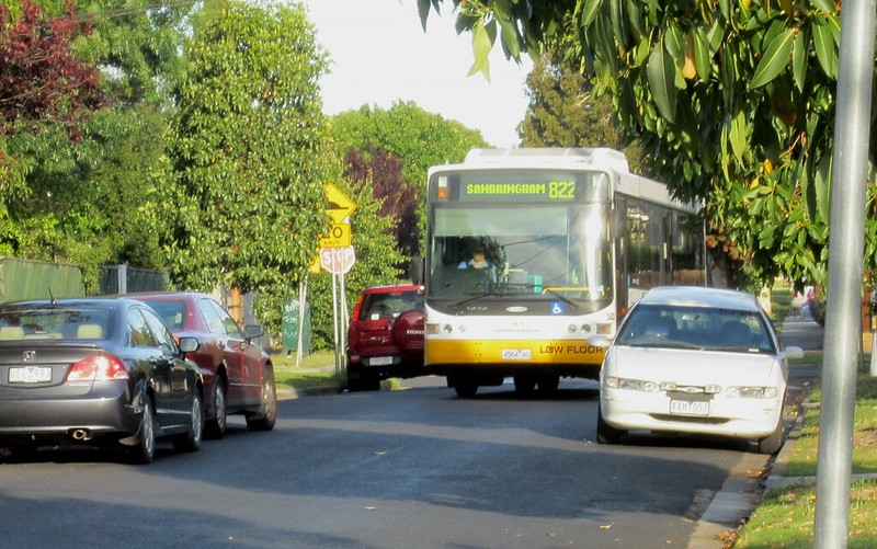 Bus 822 navigating a side street in Bentleigh East