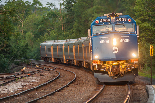 newyork ny railroad railway train locomotive metronorth campbellhall westbound passenger passengertrain commuter commutertrain f40ph3c emd electromotive sunset