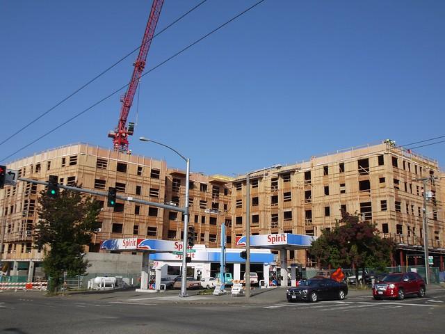 月, 2013-10-14 10:58 - 建設中の木造アパート