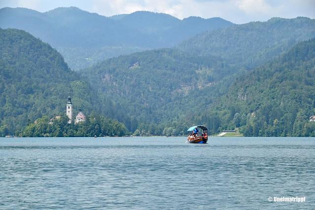 Turistivene Bledjärven keskellä