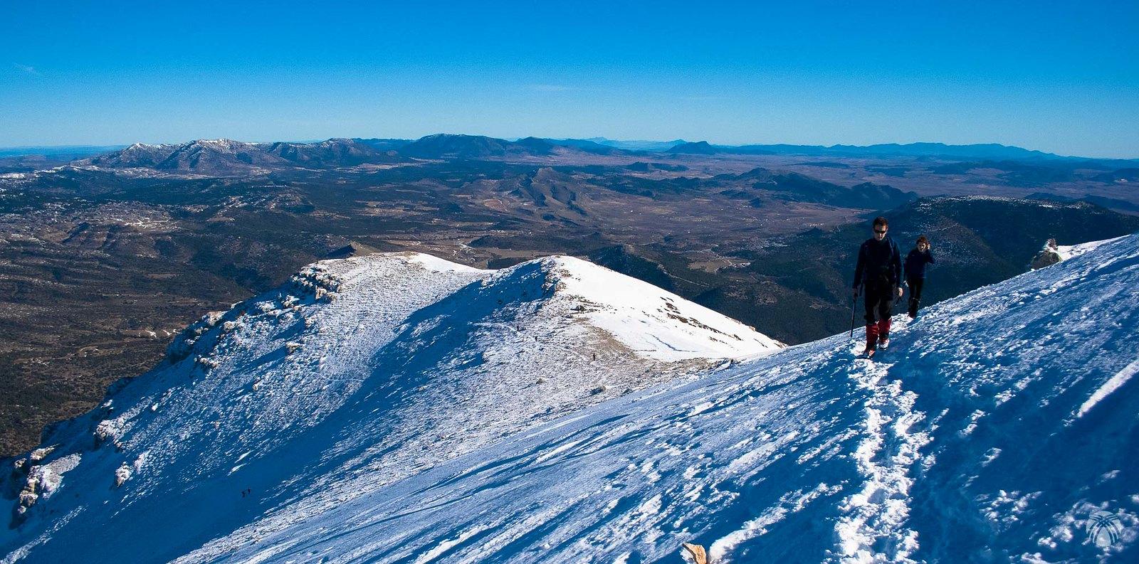 Otros montañeros que alcanzan la cumbre