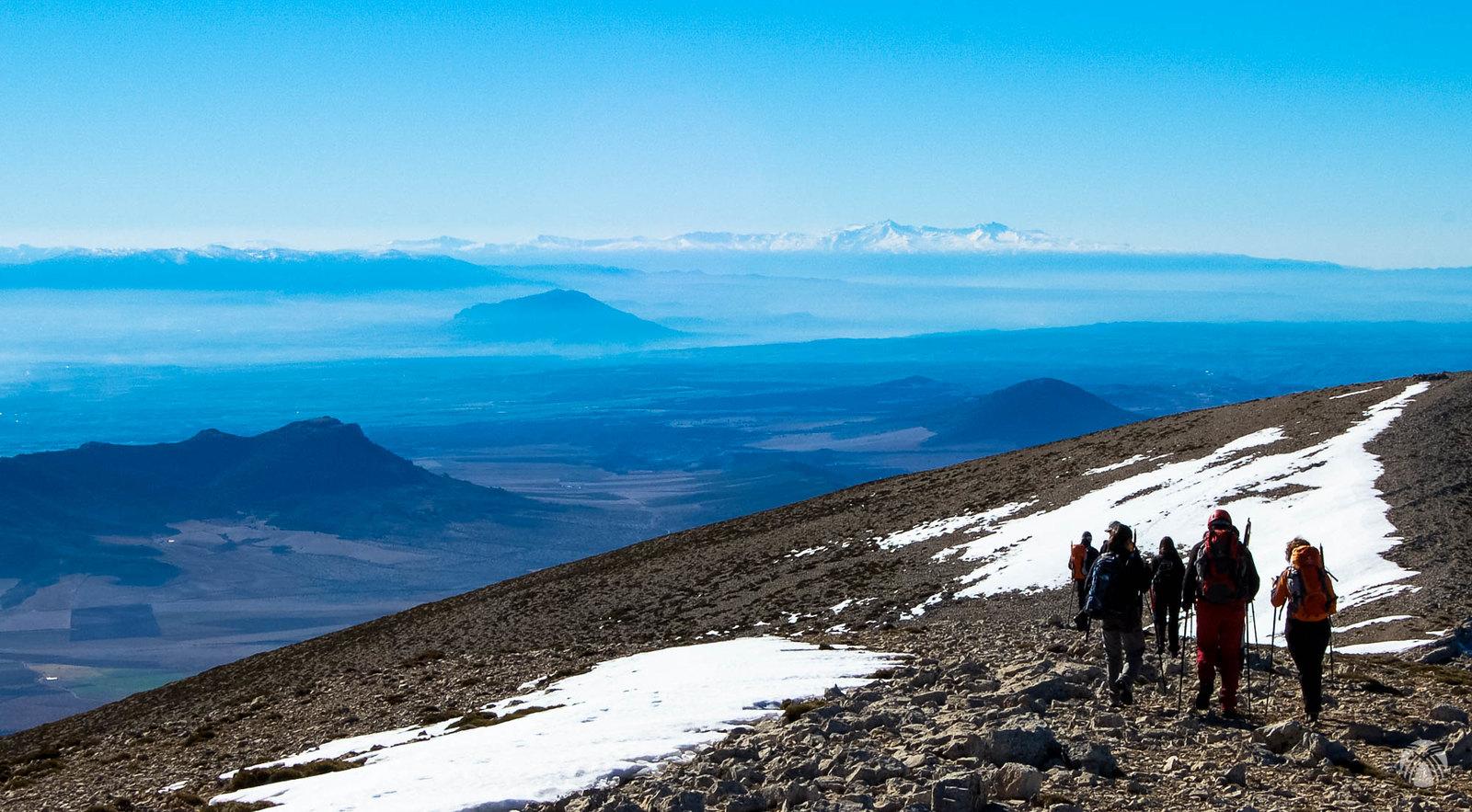 Descenso con Sierra Nevada al fondo