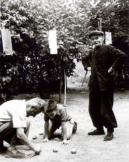 Vers 1954, en visite en France, à Durance. Trois générations