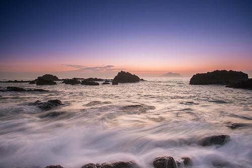 taiwan yilan toucheng wave rock sunrise dawn northeastcoast waiao outdoors scenery 台灣 宜蘭 頭城鎮 外澳 礁岩 海浪 浪絲 色溫 龜山島 日出 晨曦