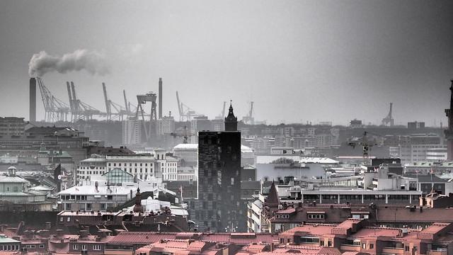 En vy från svartvit till färg över staden Göteborg/A view from black and white to color over the city of Gothenburg