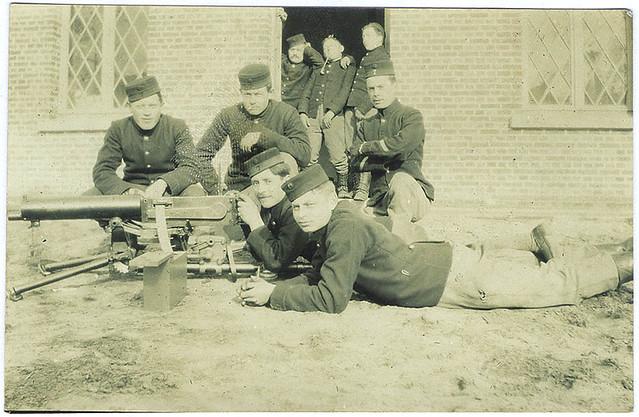 Mitrailleurs van het 7de Linieregiment met een Maxim mitrailleur | Maxim machine gun section of the Belgian 7th Infantry Regt.