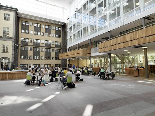 Atrium med elever och glasfasad