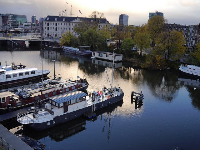 Free photo of Amsterdam: picture of house-boats in the canal Nieuwe Vaart with sunlight of early November, The Netherlands