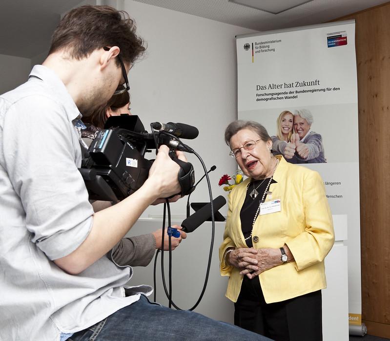 Prof. Dr. Dr. h.c. mult. Ursula Lehr, Vorsitzende der Bundesarbeitsgemeinschaft der Seniorenorganisationen im Interview mit Medienvertretern.