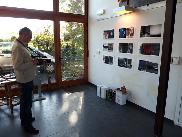 Pierre filme le mur de Viki Olner, Galerie Ephémère, Thuin