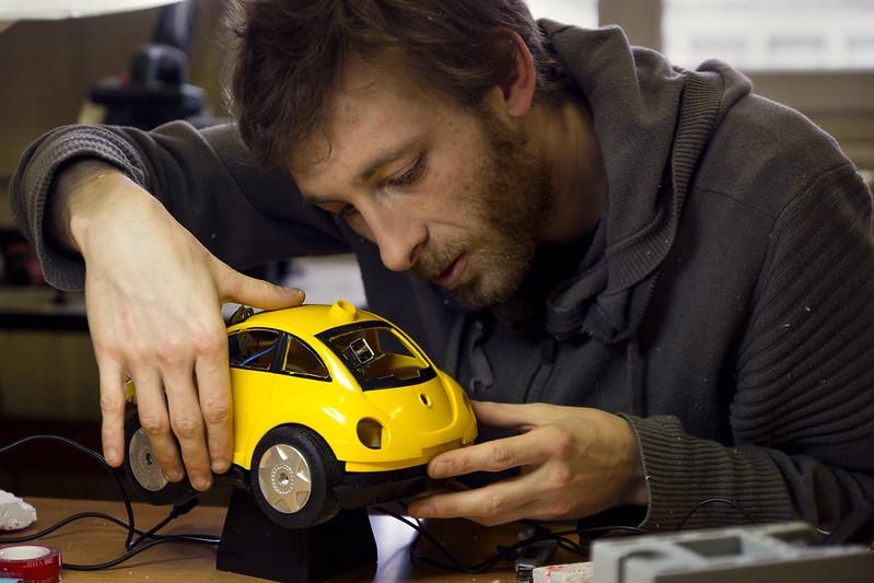 Tom hacke une voiture télécommandée @ Artlab
