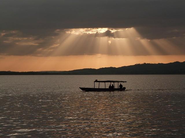La luz se cuela entre las nubes más borrosas (Fotografía tomada en el Lago Petén Itzá, Guatemala)
