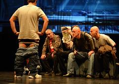 En la imagen se puede ver a uno de los miembros del equipo desnudo mientras el resto le miran sorprendidos.  Fotografía cedida por el fotógrafo local Óscar Blanco Gutiérrez