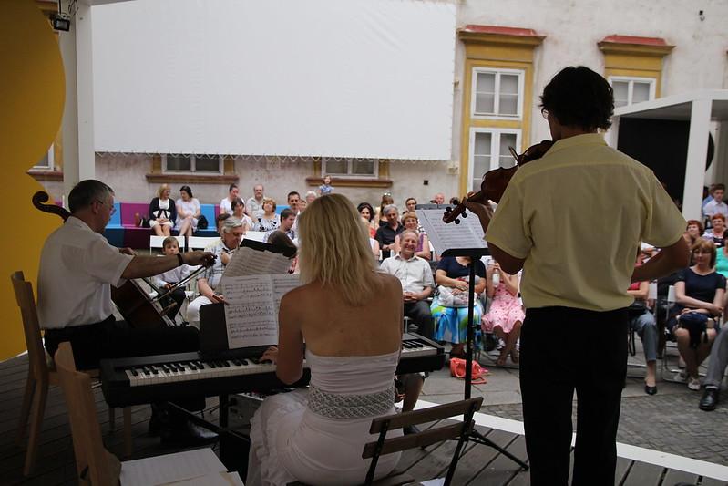 ► Open-air koncert klavírního tria na nádvoří