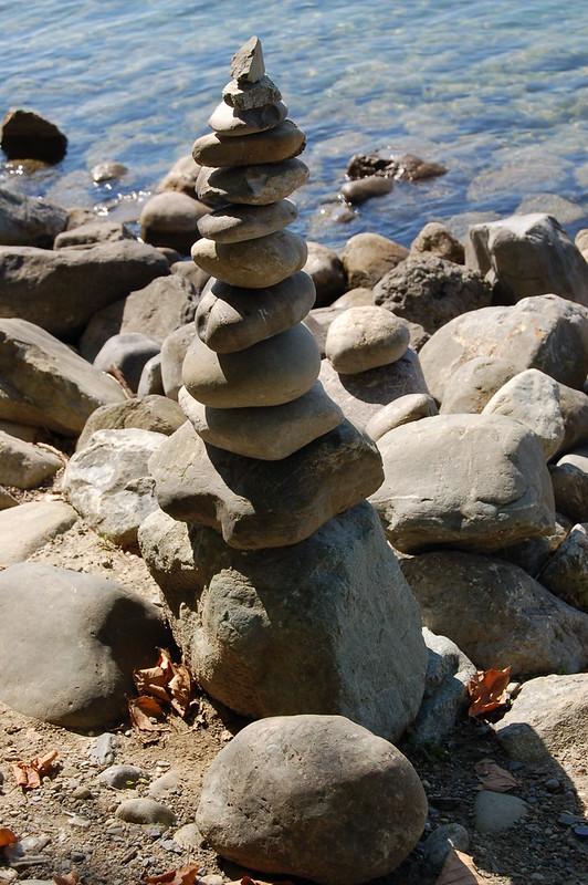 Radolfzell - Ausbalancierte Kieselsteine am Bodenseeufer