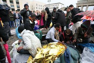 Hungerstreik der Flüchtlinge am Brandenburger Tor in Berlin | by linksfraktion
