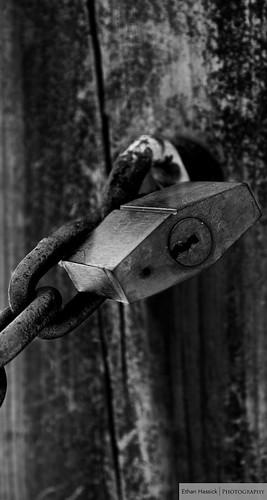 wood blackandwhite bw metal dark crust rust raw moody post lock fineart rich rusty chain chainlink shiney keyhole crusty woodpost woodenpost nokey canont2i frankoparkandrecreationarea chippedcoating