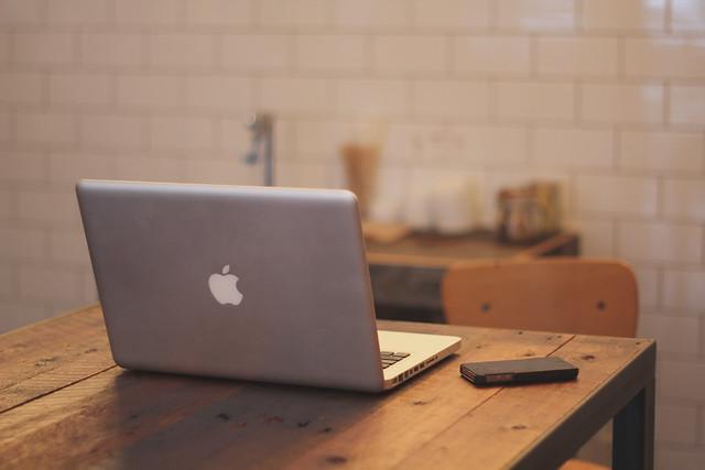 Computadora y Teléfono Apple