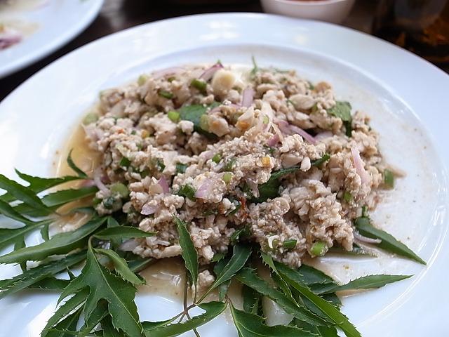 <p>b)名前はわからないけど,鶏ひき肉と卵と・・・日本の鳥そぼろみたいなお料理だけど、タイ風の味付け</p>