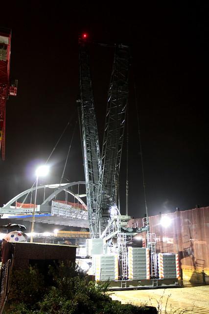 Fanger Liebherr LR 1750/2 Kran ( Traglast 750 t - Hubhöhe 191 m - Breite 10.30m - Vmax 1.65 km/h - Grösster Raupenkran der Schweiz ) beim Einbau der neuen Brücke bei Bern Wylerfeld im Kanton Bern der Schweiz