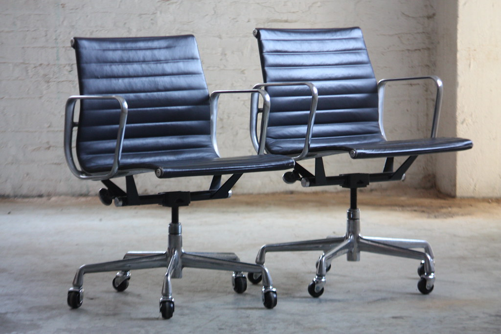 Distinctive Vintage Eames® Aluminum Group Management Chair ...