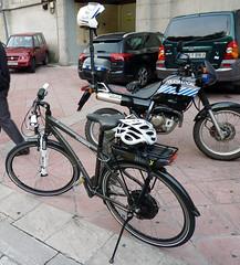 En la imagen se puede ver tanto la nueva bicicleta eléctrica de la policía municipal como la motocicleta