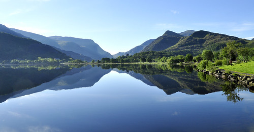 Mirror image sunrise on Padarn lake. | by ohefin