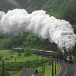 Dampfzug mit SBB Dampflokomotive A 3/5 705  + SBB Dampflok  C 5/6 2978  Elefant oberhalb Erstfeld auf der Gotthard Nordrampe der Gotthardbahn im Kanton Uri in der Schweiz