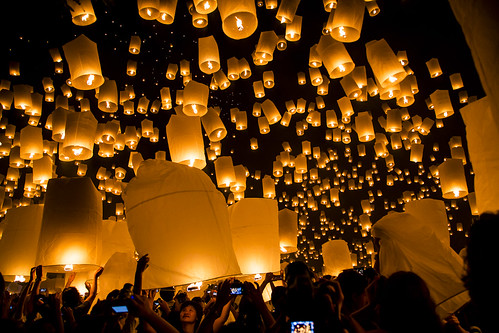 People releasing Khom Loys (Hot Air Lanterns) at the YeePeng Festival in Sansai Thailand 50 | by John Shedrick