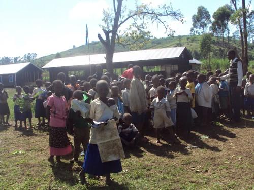 Alunni di una scuola di profughi