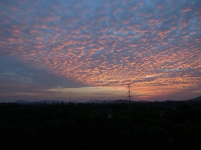 <p>a)<br /> 早朝!東の空がオレンジに!<br /> ジムでヨガやってきます。</p>