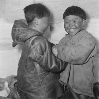 Two Inuit boys playing in an igloo, Igloolik, Northwest Territories / Deux garçons inuits jouent dans un igloo à Igloolik (Territoires du Nord-Ouest)
