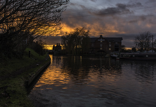 nikon nikkor d750 2470 fx fullframe stevemillward perspective interesting colour light mood moment sunset derby winter cold water canal shardlow clockwarehouse boats sky cloud marstons tree grass canalpath reflections