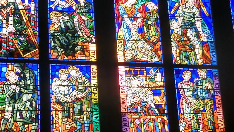 Wunderschöne Fenster am Veitsdom / St.-Veits-Dom, tschechisch Katedrála sv. Víta oder Chrám sv. Víta, Katedrála svatého Víta, Václava a Vojtěcha) auf der Prager Burg ist die Kathedrale des Erzbistums Prag und die Mucha-Fenster in Prag  2013-3511