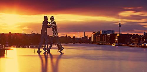 sunset berlin skyline kreuzberg deutschland europa sonnenuntergang spree friedrichshain treptow oberbaumbrücke moleculeman osthafen colorfulsunset fernsehtum mediaspree