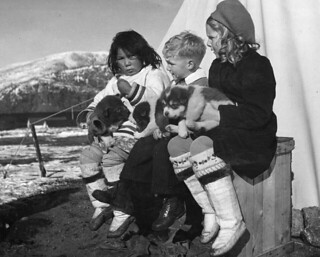 Ginger and Wendy Anderson... playing with an Inuit girl and a husky puppy / Ginger et Wendy Anderson... jouent avec une fille inuite et un chiot husky