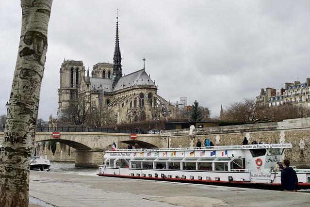 Vedette devant Notre-Dame de Paris