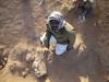 Dělník Yásir odkrývá pozůstatky chrámového komplexu Týfónia ve Wad Ben Naga, foto: Národní muzeum