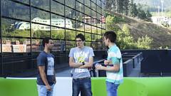 En la imagen se puede ver a 3 jóvenes del programa Yuzz charlando distendidamente en la terraza de Izarra Centre