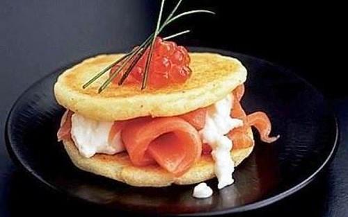 Pancake di patate con salmone affumicato e uova di pesce.