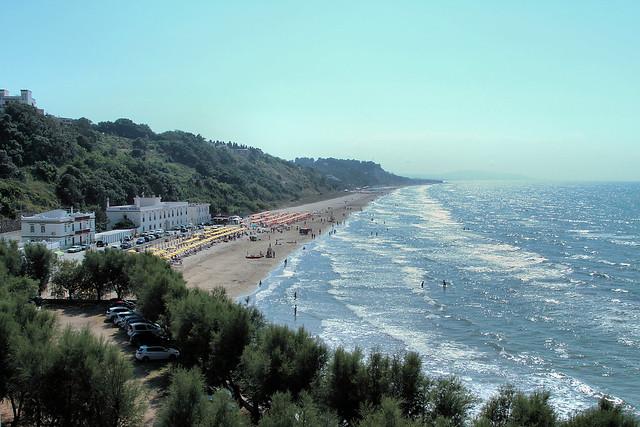 La costa verso Lido del Sole, fotografata dall'abitato di Rodi Garganico
