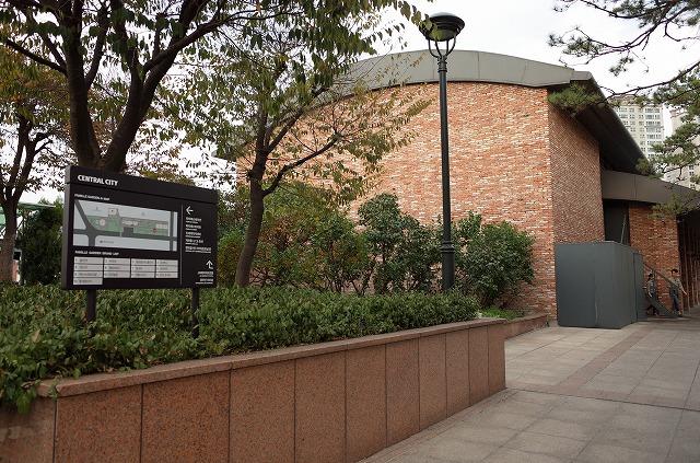 <p>a)マリオットから歩いていくとこんな建物が見えてきます。</p>