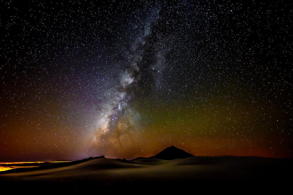 La Vía Láctea sobre El Teide (Tenerife) asomando sobre su Mar de Nubes