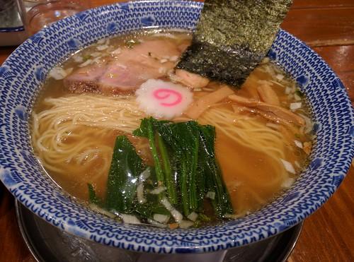 その2。1/3の昼。ムスメさんがラーメン食べたいとのことで、思いがけず1杯。東京駅八重洲地下のくじら軒で、薄口醤油味。大盛を2人でシェア。ごちそうさまでした!
